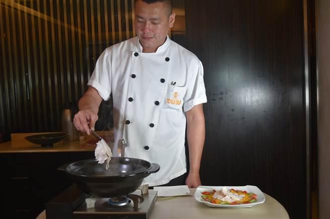 〈潮品集〉的〈堂灼響螺片〉所謂「堂灼」,意指以桌邊服務將厚切螺片在客人面前灼至九分熟。(圖/姚舜)