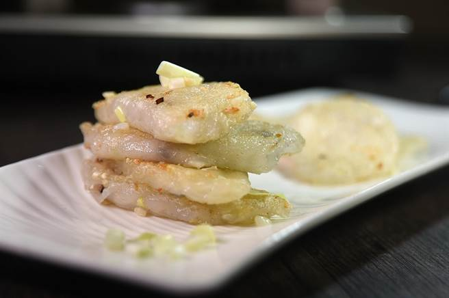 神旺〈潮品集〉的〈韭黃煎筍粿〉先蒸後煎,內餡有切成丁的麻筍、韭黃、芹菜、鮮蝦、豬肉,是道地常民美味。(圖/姚舜)