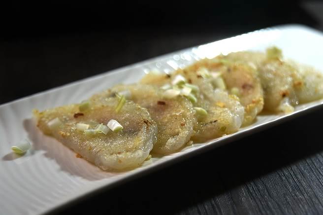 〈韭黃煎筍粿〉先蒸再煎,表皮帶有焦色且口感微酥,口感與傳統潮粉粿截然不同。(圖/姚舜)