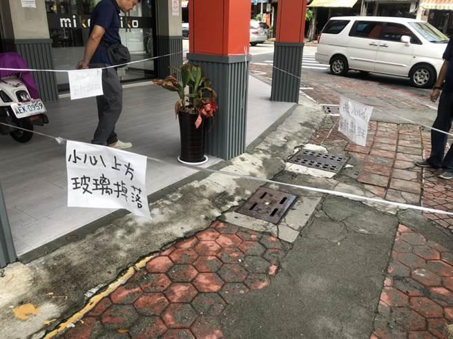 警方在现场拉起封锁线,并在1楼人行道写上「小心上方玻璃掉落」的字样,提醒用路人远离该处。(洪浩轩摄)
