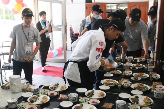 弘光科大環台義煮學生端出原民豐年祭美食套餐。(陳淑娥攝)