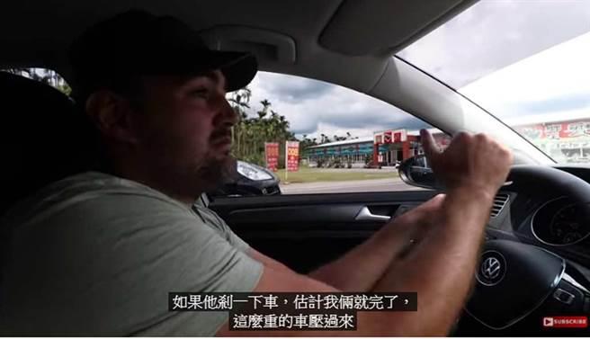比利时情侣Naick & Kim在南投遭遇砂石车逼车,直呼「危险」,谈集集警方竟回应不了解「台湾民情」,让网友气炸,认丢脸丢到国外。(截自YouTube《Naick & Kim》频道)