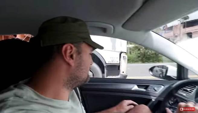 Naick & Kim的影片中,可看到砂石车贴近超车。(截自YouTube《Naick & Kim》频道)