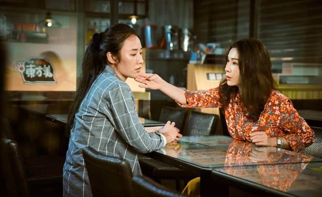 陳美鳳鼓勵劇中被家暴的女兒方宥心勇敢離婚。(民視提供)