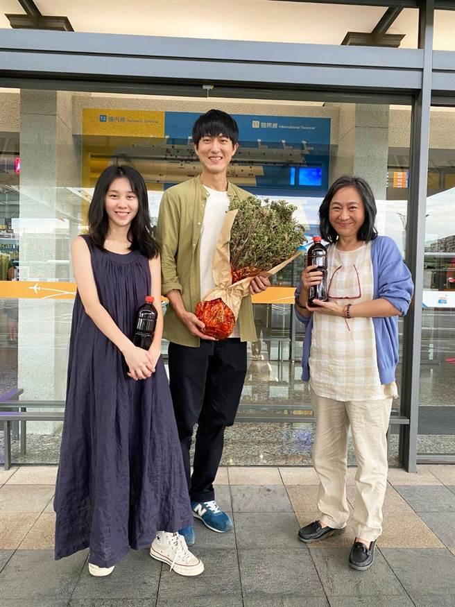 楊麗音、邱昊奇精湛演技MV助陣,白安探班送消暑青草茶。(相信音樂提供)