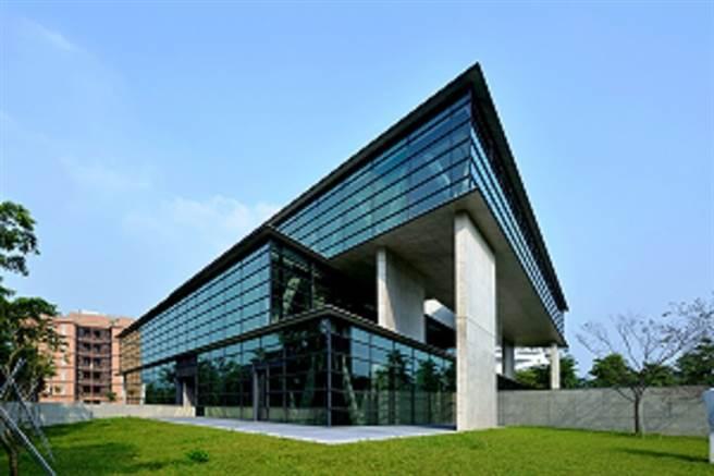 亞洲現代美術館獨特且創新,創意設計學院院長李元榮表示,在設計領域外,同步輔助學生參加國際發明競賽,迄今共得407面獎牌(金牌117面)。(亞洲大學提供)