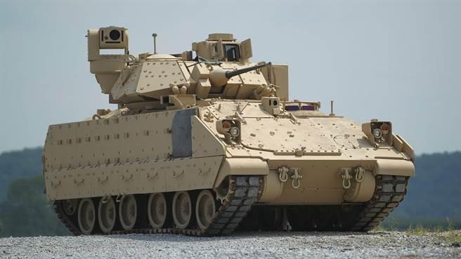 M2布萊德雷步兵戰車,在1991年波灣戰車表現傑出,但是服役時間已達40年,升級已達極致,需要新生代車輛接替。(圖/美國陸軍)