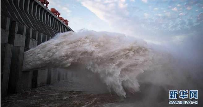 大陸專家稱三峽大壩即便被原子彈直接命中,也只會炸出一個大缺口,不可能發生毀滅性潰壩。圖為三峽大壩洩洪。(圖/翻攝新華網)
