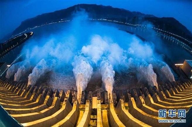 三峽大壩洩洪。(圖/翻攝新華網)