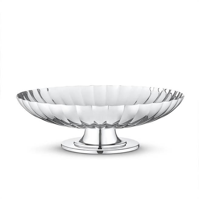 喬治傑生邀瑞典王子Sigvard Bernadotte設計的鏡面拋光不銹鋼高腳置物皿,8700元。(GEORG JENSEN提供)