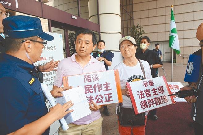 台灣陪審團協會創會理事長鄭文龍表示,民進黨把陪審制寫在黨綱,現在卻違反誠信,這什麼道理。(王英豪攝)
