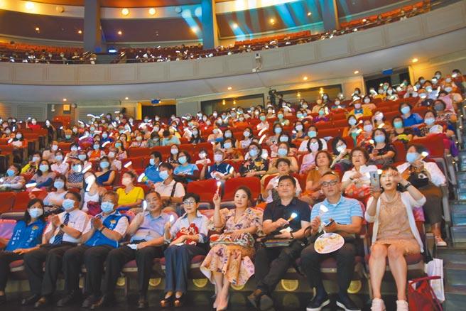 新竹縣政府與旺旺文教基金會、中國時報、中天電視19日在文化局演藝廳合辦「讓奉獻成為一種榮耀」公益演唱會,感謝志工辛勤付出。(莊旻靜攝)