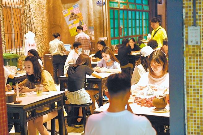 大陸疫情控制穩定,在外用餐人潮已逐漸恢復。圖為7月13日,廣州某餐廳內民眾在用餐。(中新社)