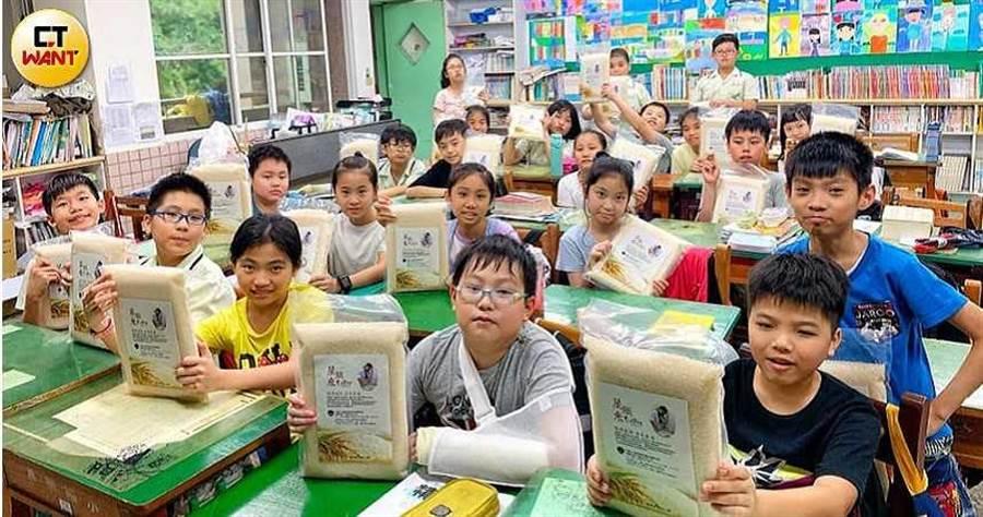 孫爸拿著保險金創立「台灣自閉兒家庭關懷協會」,欲透過販賣「星願米」達到自給自足。(圖/翻攝臉書)