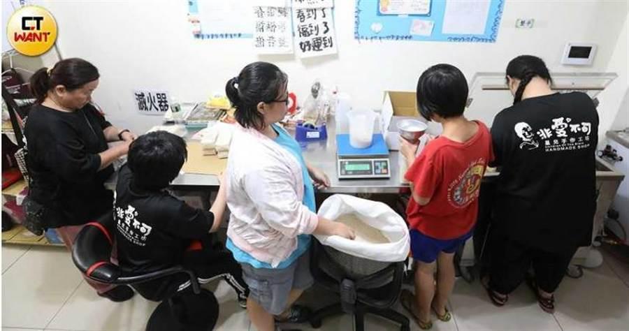 自閉症懷協會院生忙碌的分裝「星願米」,整個過程讓他們很有成就感。(圖/趙世勳攝)