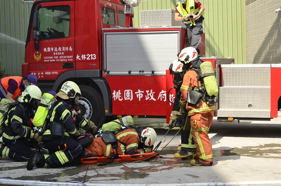 桃園市消防局第一大隊20日在正洸公司進行演練。(賴佑維攝)
