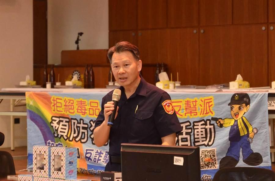 桃園市龜山警分局分局長陳百祿對學生宣導預防犯罪宣導。(賴佑維攝)