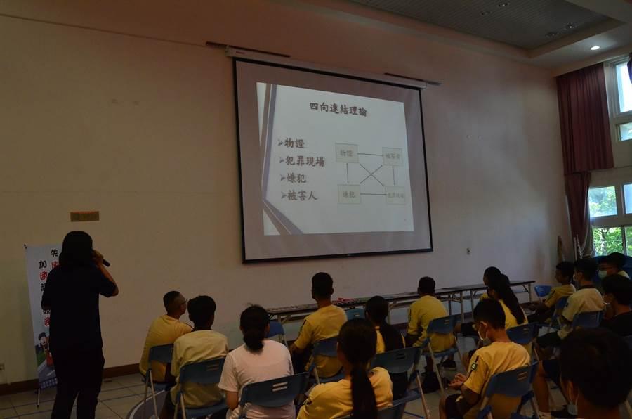 桃園市龜山警分局20日舉辦「龜山讚警,鑑識少年」研習營(賴佑維攝)