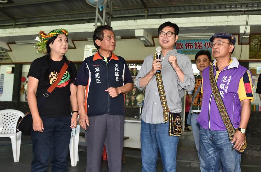 民進黨高雄市長補選參選人陳其邁(右二)20日走訪茂林區,關心原住民的就業問題。(林瑞益攝)