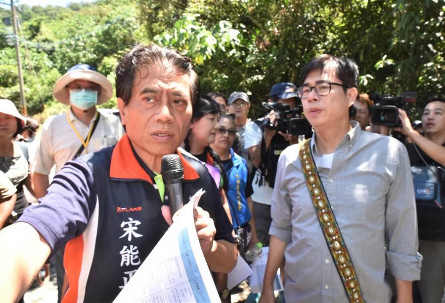 民進黨高雄市長補選參選人陳其邁(右)20日走訪茂林區,茂林區長宋能正(左)為他說明當地溫泉發展情形。(林瑞益攝)