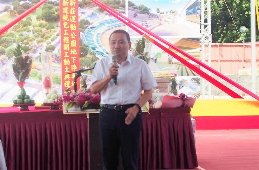 新北市長侯友宜表示,新莊運動公園地下停車場預計2022年2月完工、6月啟用。(賴彥竹攝)