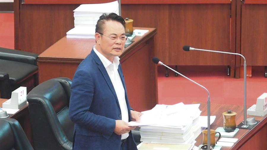 民進黨高雄巿議員韓賜村20日總質詢為警察爭取提高繁重加給。(曹明正攝)