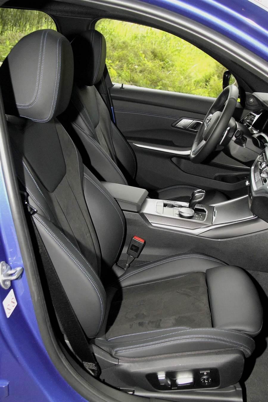 標準配備的Alcantara麂皮/Sensatec皮質混搭跑車座椅,具有相當優異的背部摩擦力,以及大角度的側面包覆,並且有電動夾腰的功能,都是「扶持」殺彎的好設計。