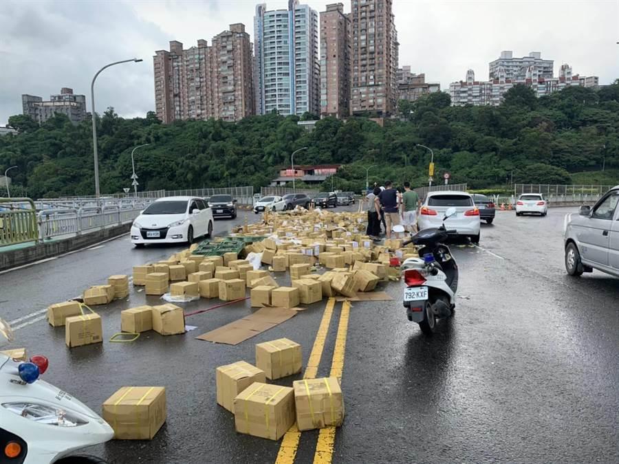 關渡橋滿滿都是「醋」,車流回堵數百公尺8警急疏散交通(翻攝照片/戴上容新北傳真)
