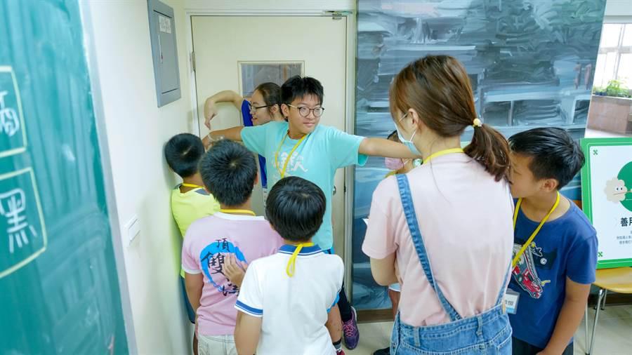 學生通力合作,用手臂量出教室的長度。圖片提供/善科教育基金會