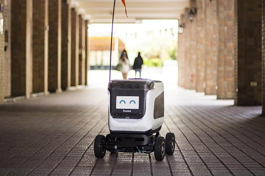 世新大學與美國KIWI Campus合作,送餐機器人Kiwibot進駐世新校園。(世新大學提供/張穎齊台北傳真)