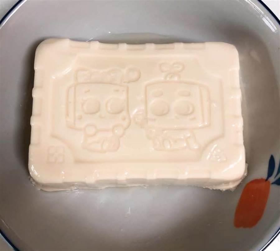 有網友買完豆腐發現底部竟然印有可愛的豆腐寶寶(圖/原PO授權提供)
