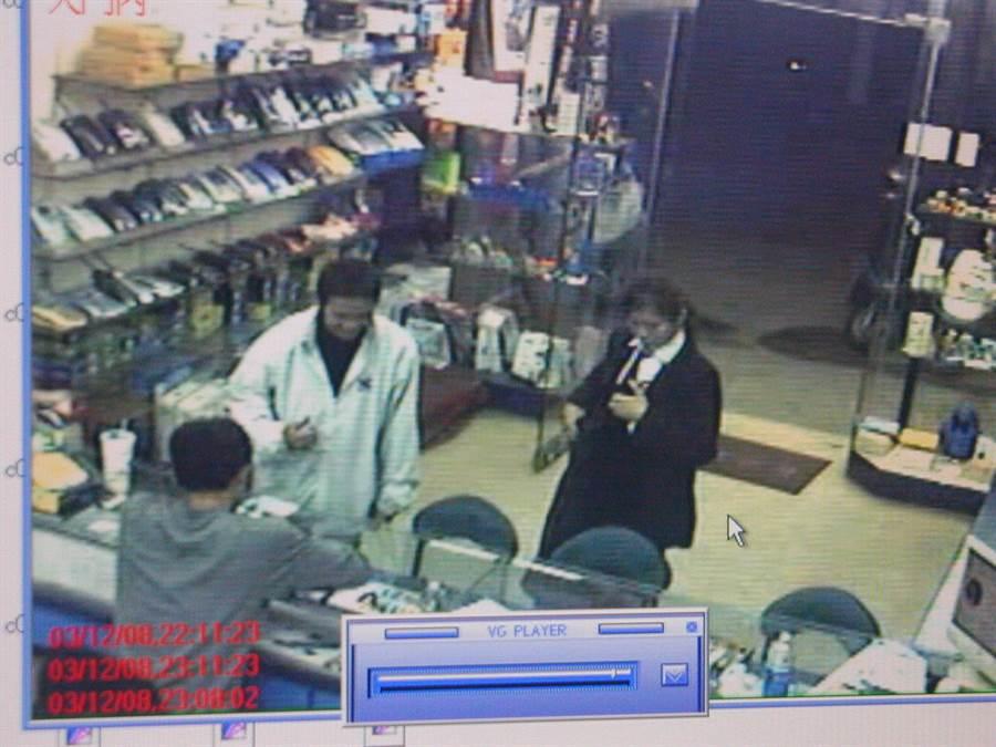 廣德強(左邊白色穿著)欲到通訊行轉賣女保險員的筆電時,通訊行老闆察覺有異立即通報警方而將其逮捕歸案。(中時資料庫)