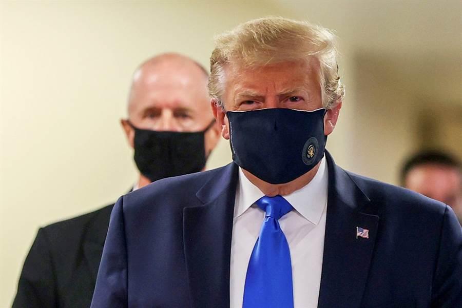 美國總統川普日前接受專訪時,仍不認戴口罩能夠有效阻絕新冠病毒傳播、減緩美國疫情,甚至語出驚人,指出戴口罩會惹出麻煩,讓看了這一幕的專家直搖頭,批評他「朽木不可雕也」。(資料照/路透社)