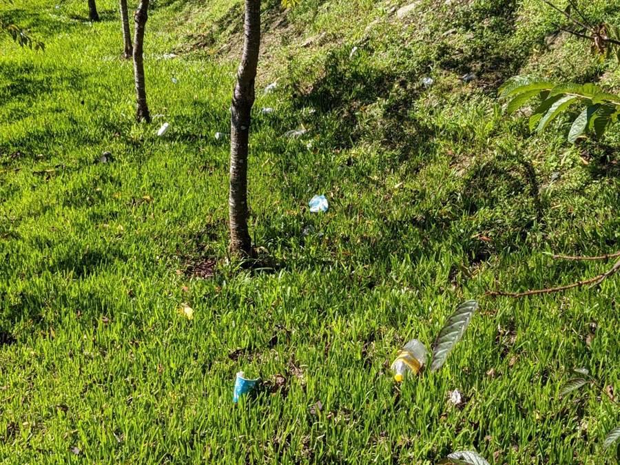 攝影達人莊信然指出,甚至有人會隨意亂丟垃圾,草地上什麼垃圾都有。(莊信然提供)