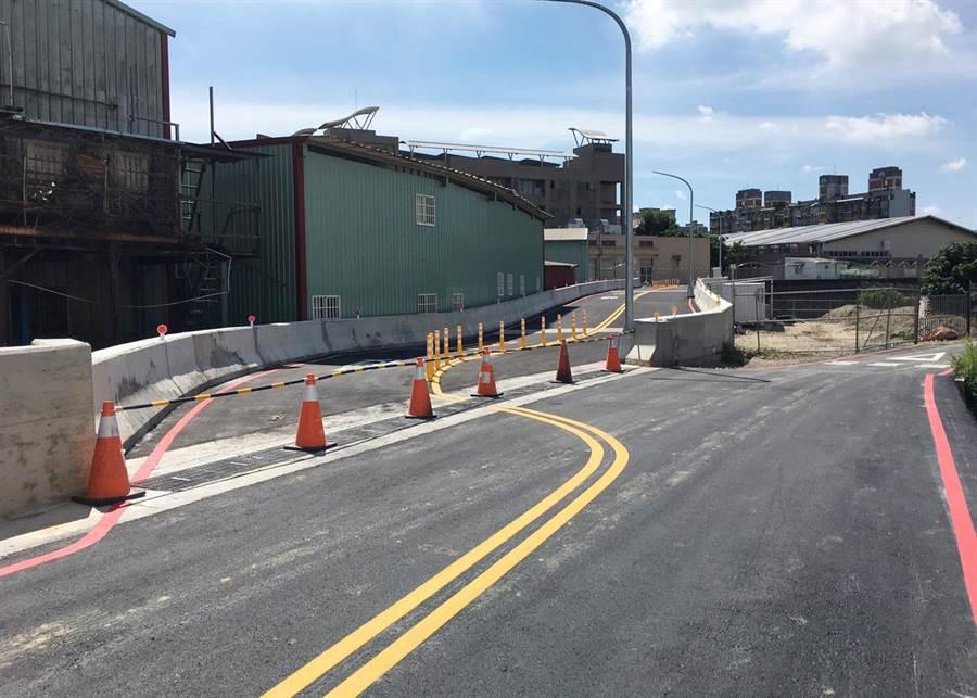 市議員蕭隆澤批建設局以既有龍形溝新建箱涵作為新闢道路,卻規畫出現S型道路。(台中市議員蕭隆澤提供/陳世宗台中傳真)