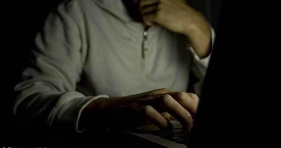 小學男老師假扮13歲少女在網路上誘騙少年傳給他私密照。(示意圖,非本人/Shutterstock)