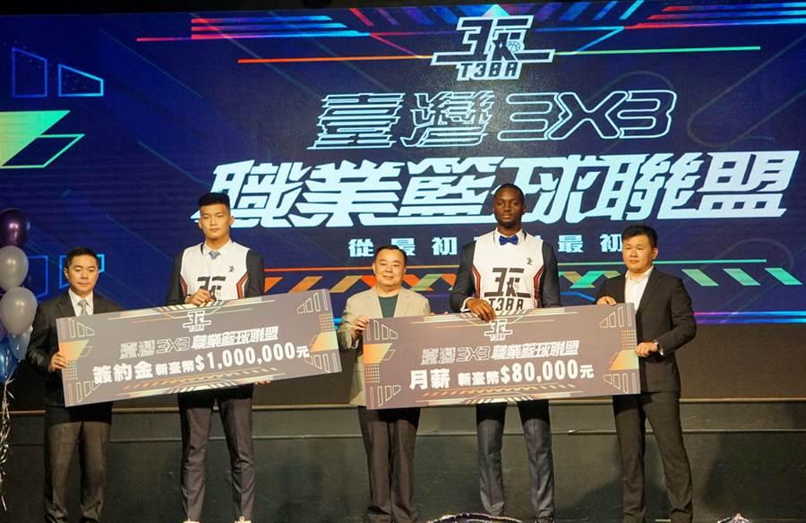 朱雲豪(左二)、石博恩(右二)簽約金高達100萬、月薪8萬。(黃及人攝)