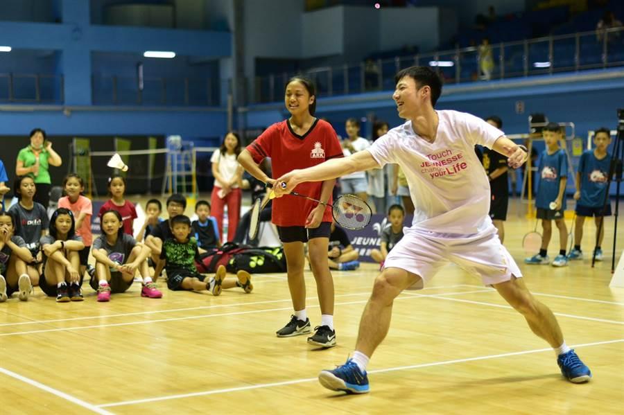 婕斯盃大使王子維搭配婕斯贊助的方舟教室小孩對抗混合團體賽冠軍。(大會提供)