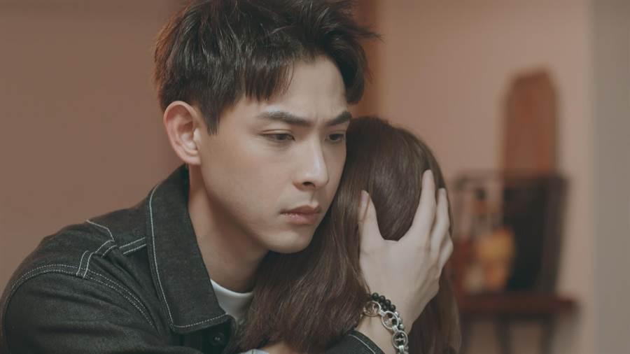 連晨翔飾演的青風暖心擁抱哭泣的宋芸樺。(台視提供)