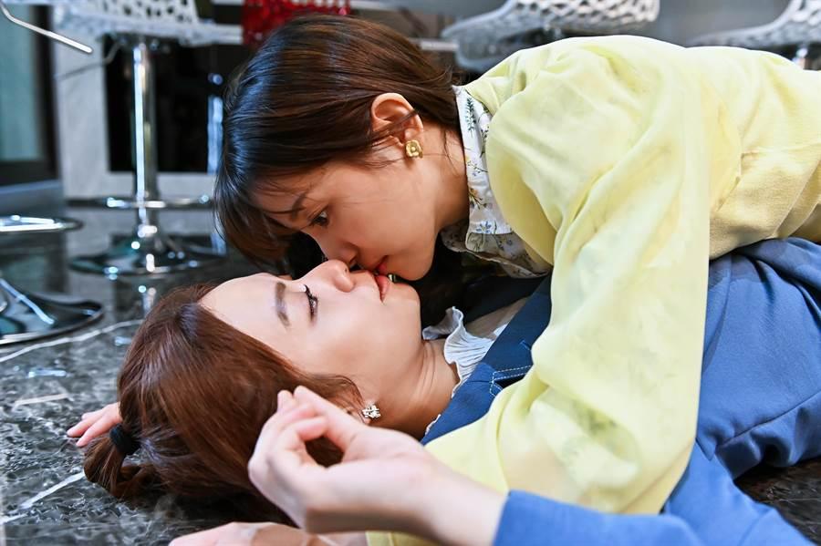 宋芸桦、蔡瑞雪意外接吻。(台视提供)