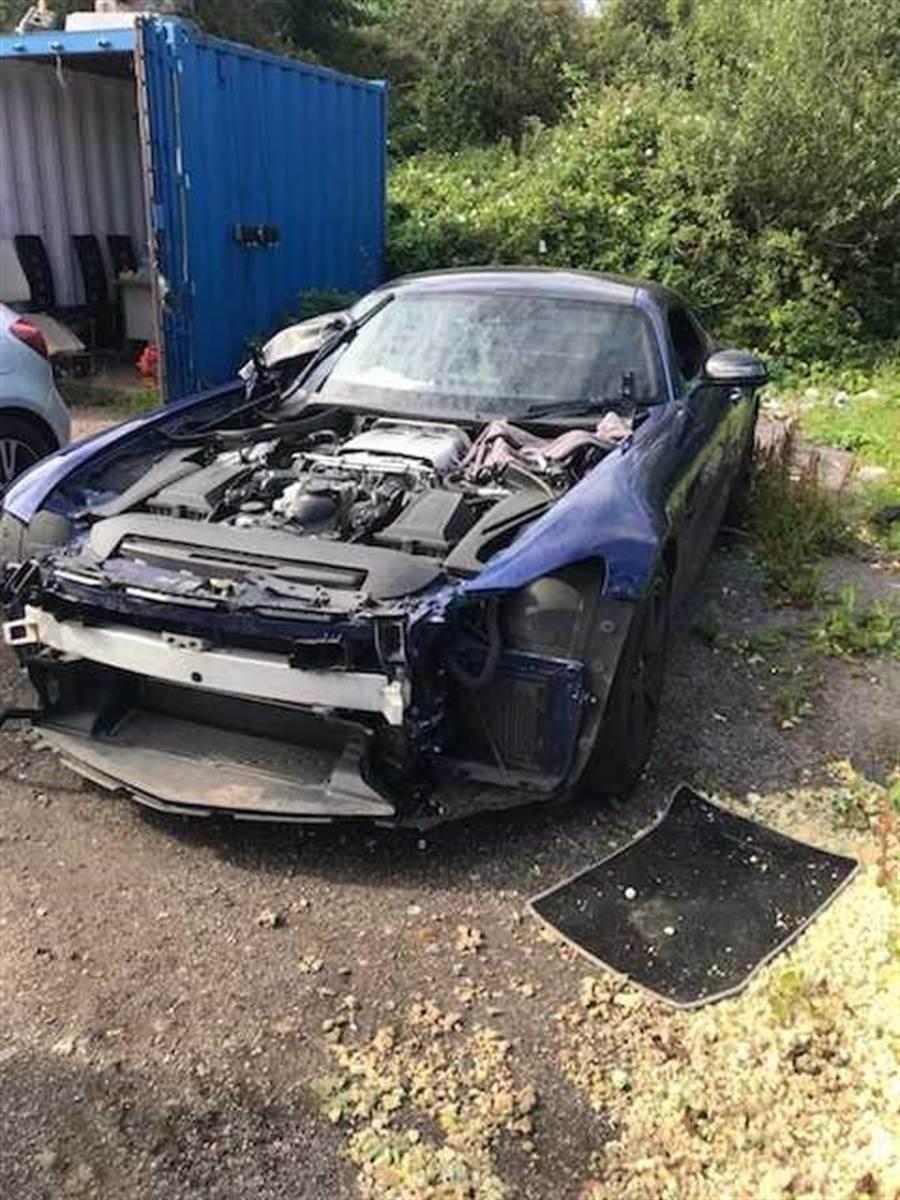 這輛AMG GT賓士的許多零件都遭到拆解。(圖/翻攝自臉書/Jay Tranter)