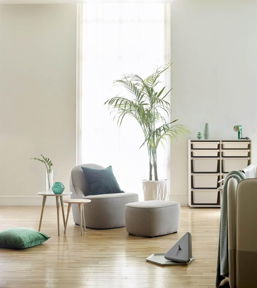 2020年度居家代表色「寧靜黎明」灰綠色調,結合iloom怡倫家居舒適設計並具備優雅線條的單人沙發 。(iloom提供)