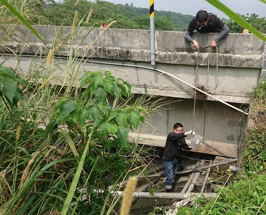 稽查人員冒險下溪床,以繩索攀爬溪畔邊坡等進行高難度追查。(嘉義縣政府提供/張毓翎嘉義傳真)