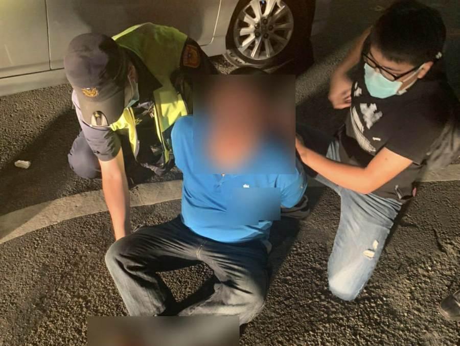 張姓男子沿途狂砸汽車與大樓大門玻璃,警方獲報迅速逮捕並移送法辦。(警方提供/何冠嫻苗栗傳真)