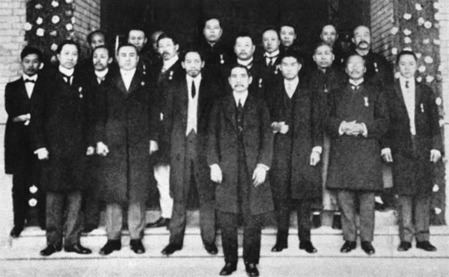 1912年1月,孫中山和總統府官員合影。(新華社資料照片)