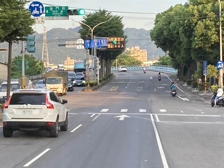 居民期盼新北市府能盡快施作引道,讓下城林橋用路人能直接轉至環漢路,解決市區塞車問題。(張睿廷攝)