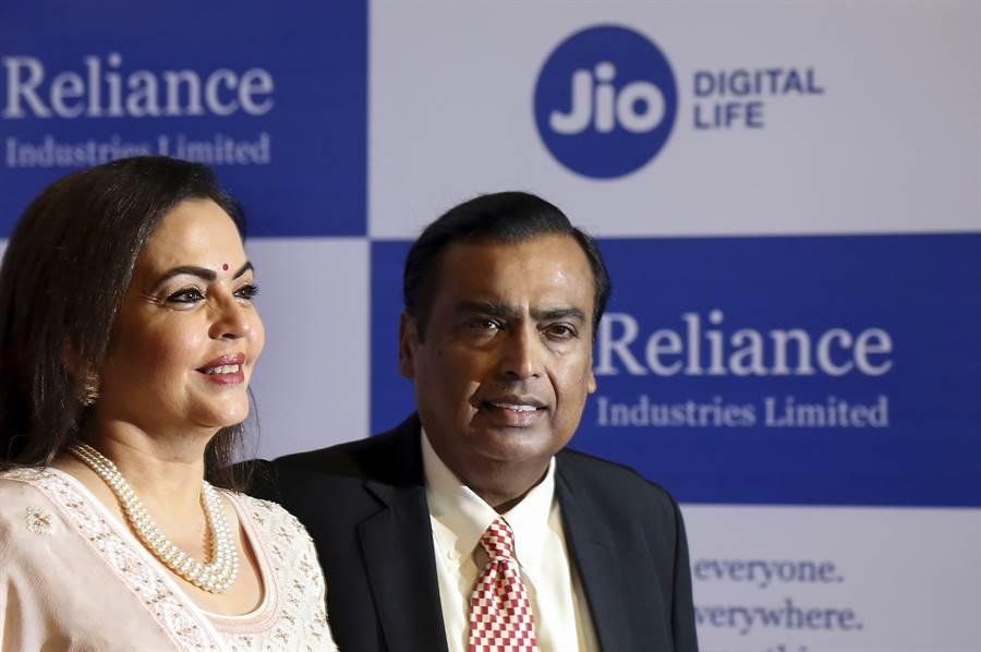 印度首富安巴尼(右)宣布其旗下Jio公司成功開發5G系統,將進軍全球與華為、三星相抗衡。圖為安巴尼與其妻子。(圖/美聯社)