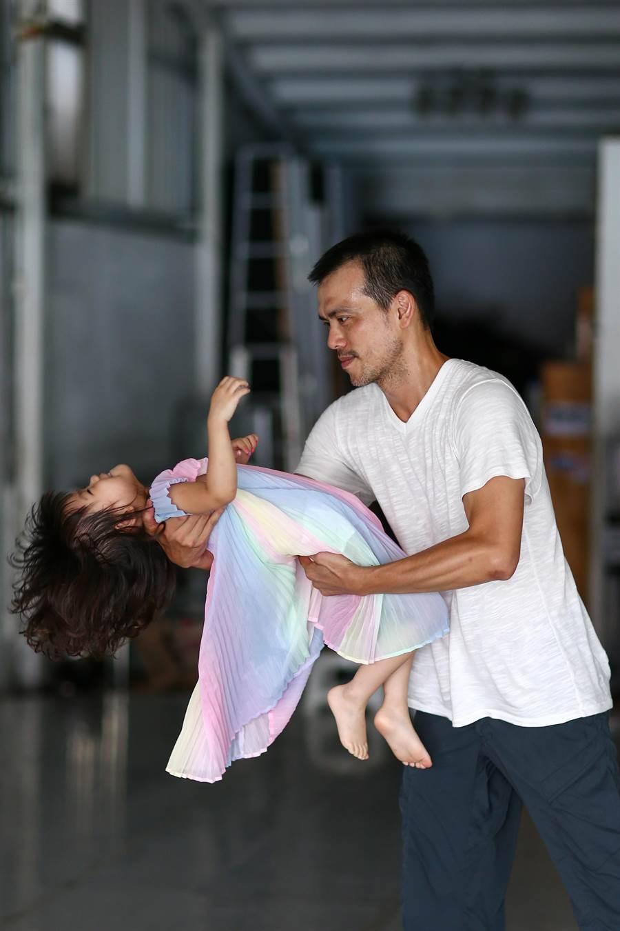 在排練場上,陳武康一手編舞,一手帶娃,很是熟練。陪女兒一起長大,是陳武康的日常生活。(鄧博仁攝)