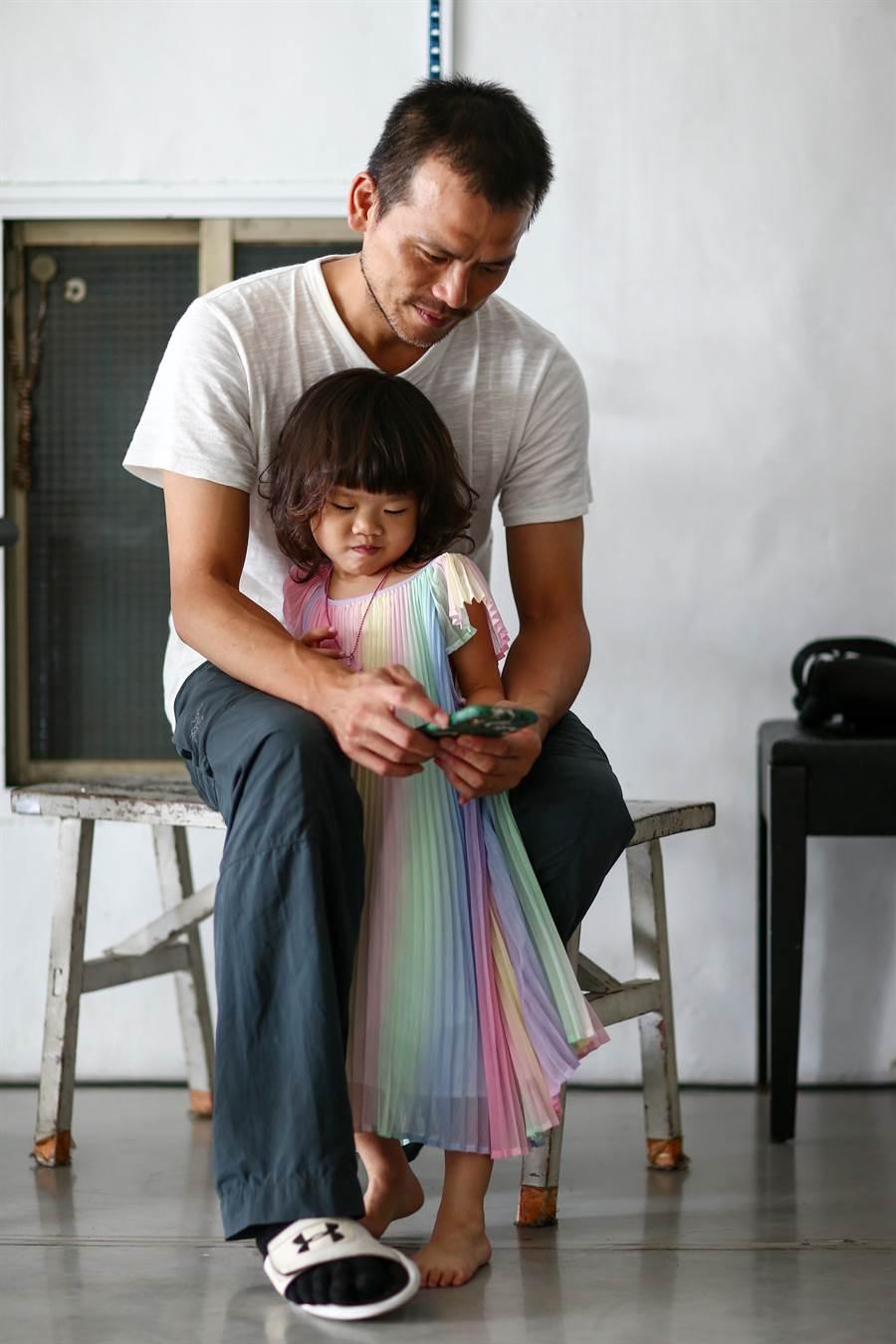 陳武康(後)小時候會和爸媽一起泡舞廳,長大後成為編舞家,女兒(前)在劇場成長。(李欣恬攝)