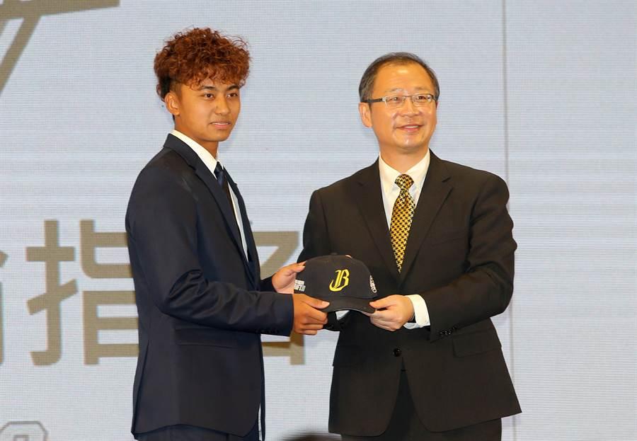 余謙(左)在選秀會上獲得首輪第4順位的中信兄弟指名。(黃國峰攝)